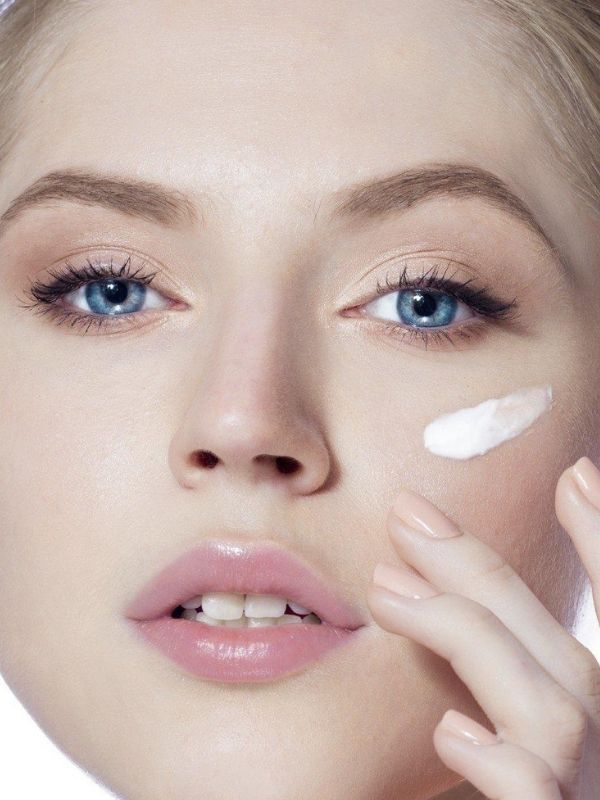 Dưỡng ẩm tái sinh da với Swissline Age Intelligence Smart Cream.